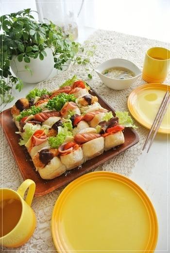 水の代わりにカルピスウォーターを使う、ちょっと変わったちぎりパンのレシピ。海老カツやチャーシューなどボリューミーな具材を挟んで、満足度大のサンドイッチに。