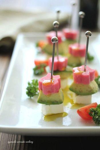こちらは、お花型の生麩を使ったピンチョスです。 生麩はお雑煮やお吸い物にも使えますし、そのまま食べても美味しく飾りにもなるのでお正月用に用意しておいて損はないです。