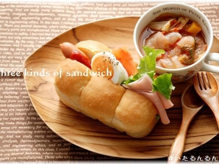ハム・卵・ウインナーの三種類の具材を挟んで、普通のサンドイッチよりもバラエティ豊かで可愛い雰囲気。ミニ食パン用の型で焼いた、一人分に丁度いいサイズのちぎりパンサンドイッチのレシピです。食材のバランスが良いので、朝食にもぴったり。