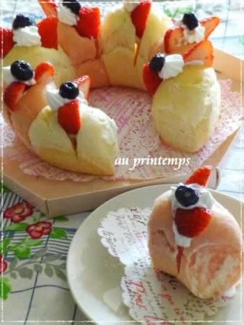 おかずサンドイッチだけでなく、甘いデコレーションもおすすめです。リース型にちぎりパンを焼いて、クリームとフルーツを挟めば、まるでケーキのように華やかに。