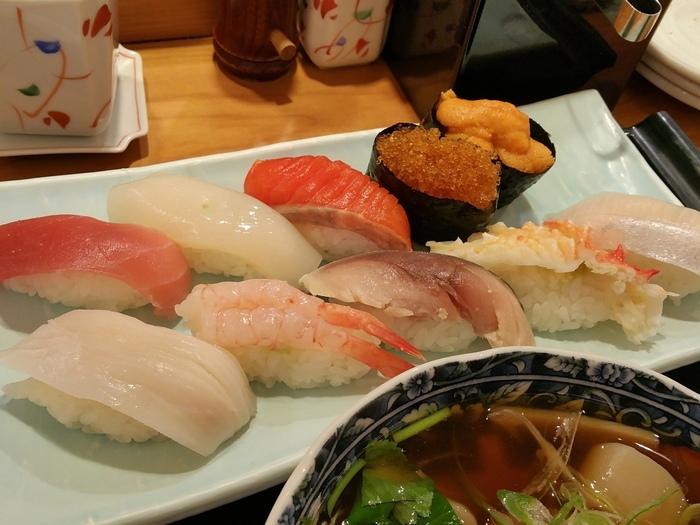 「花まる」は回転寿しのお店が有名ですが、こちらは回転しないお寿司屋さんです。 JR札幌駅直結のPASEO(パセオ)にあり、抜群のアクセスの良さ♪ 観光客にも人気です。画像は汁物と茶碗蒸し(または小鉢)も付いた、おまかせのランチセット。