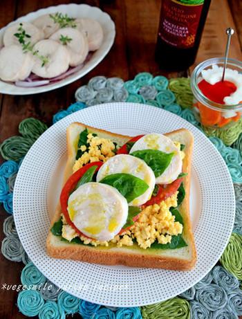 彩りが楽しい鶏ハムのオープンサンド。トマトとバジルは相性抜群で、もちろんチキンにもよく合います。テンションが上がる朝食になりそう。