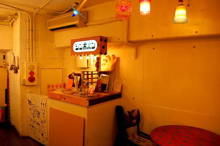 まるで映画の中に出てくるような、独特の世界観を持つパン屋さん「シンボパン」。立川駅北口から徒歩7〜8分ほど歩いた先の路地裏にあるお店です。