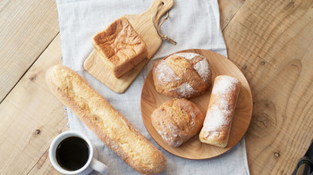店内奥には工房があり、毎日平日はなんと朝7時から焼きたてのパンが食べられるのがうれしいポイント。人気のパン「ムー」は10時に焼きあがります。