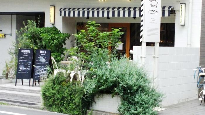 立川の住宅街に佇む、緑あふれる「ネイバーズブランチ」。表参道の名店「パンとエスプレッソと」とコラボレーションした、ベーカリーカフェです。