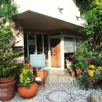 もともとは『Garden & Crafts』というガーデニング施工店からスタートしたという、緑がいっぱいのナチュラルな雰囲気の一軒家カフェ&レストランです。