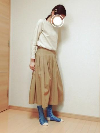 スカートの裾から顔を出す、靴下のカラーと柄がコーデに絶妙にマッチ。