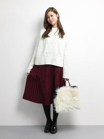 シンプルなでレディなボルドーのプリーツスカートにトレンドのファーバックで冬らしさをプラスして♪コートなどの裾から覗くコーディネートのポイントにもぴったり!