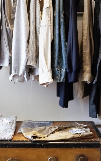 持っていくなら扱いやすく、着まわしやすいものがいいですね。クローゼットを開け、いつ何を着るか考えてみましょう。