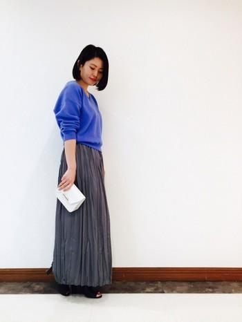 鮮やかなVネックのニットに、テロンとした素材のロングプリーツスカートを合わせてレディに。美しい色使いのきれいめカジュアルなスタイルには、白のコンパクトなクラッチバッグを合わると、より素敵な大人の女性を演出できます♪