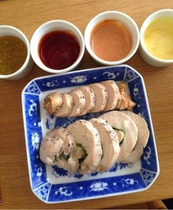 ネギ塩だれ、バーベキューソース、オーロラソースなど簡単にできる4色のソースで、鶏ハムを楽しみます。レタスなどで巻いてもおいしそうですね。