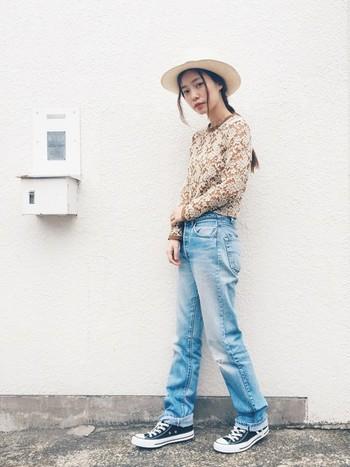 デニムパンツも最適です。旅先でシャツやカットソーと合わせれば大人カジュアルに。
