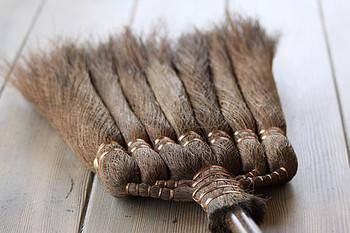 棕櫚の繊維がホコリをくっつけて、小さなホコリが舞い上がりくいんですよ。さらに、棕櫚の油分で床に艶を出してくれます。柔らかい素材なので、床が傷つきにくいのも嬉しいですね。