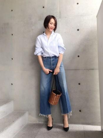 コットンリネン特有のシワが爽やかで洗練された印象を与えるエフォートレスなシャツ。女性らしいシルエットで、カジュアルにもフォーマルにも着こなせます。