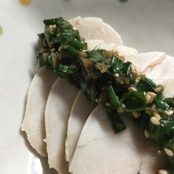 切って混ぜるだけの簡単ソース。やはり和風のねぎ風味は、あきのこない定番の味。ポン酢の爽やかさがきいています。