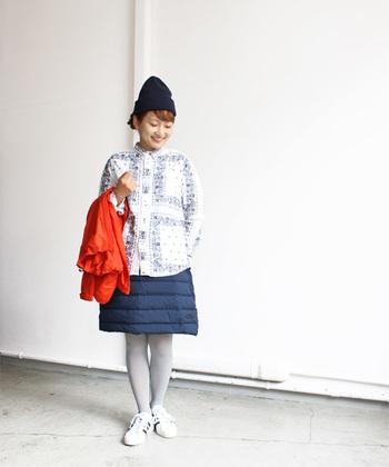こちらは、ライトなトレッキングからタウンユースまで使える中綿入りのスカートを使った女の子らしいコーディネート。腰まわりはあったかそう、だけど女性らしさもある素敵なアイテムですね♪
