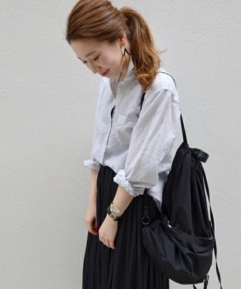 軽く涼しげな印象のコットンリネンシャツ。コットンリネン素材は、ジャケットなどを羽織ったり、セーターにインしたり、またインナーを変えることで通年アイテムとしても末長く活躍してくれます。