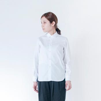 ラウンドカラーシャツは、デザインやラインがしっかりしたフォーマルなシャツですが、丸い衿とラウンドカットされた裾が柔和な印象を与えてくれます。