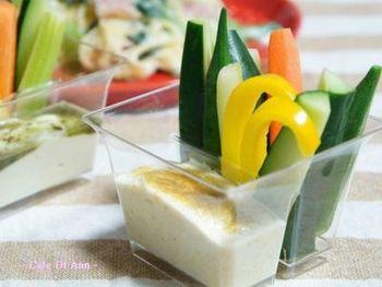 豆腐クリームをそのままパンにぬったり、ディップやドレッシングにもアレンジできます。 ハチミツやお砂糖を加えてスイーツにも♪