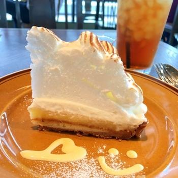 もともとは洋菓子店で、ケーキが美味しいと評判のバーゼル。ふわふわのレモンとメレンゲのタルトが美味しそう♪