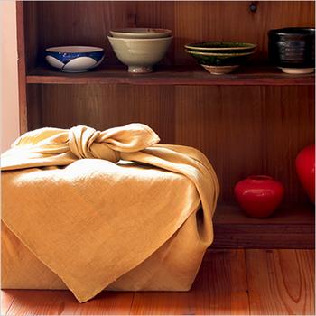 リネンの風呂敷は通気性や手触りの良さはもちろん、素朴な風合いながら上品な佇まいが魅力的。シーンを問わず使えて、1年中活躍する風呂敷です。