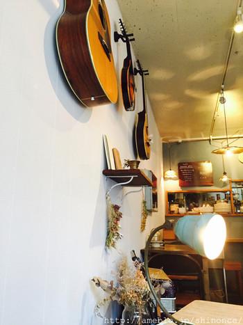 オルガンやギターやブズーキが飾ってある店内。「季節や日々の生活に寄り添う音楽」をテーマにセレクトしたCDを販売しています。おすすめの曲は、備え付けのヘッドフォンで試聴できます♪店内に流れるBGMも素敵です。ライヴの開催は、HPでチェックしてみて下さい。
