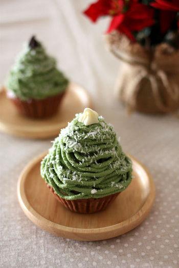 抹茶入りの豆腐クリームをクリスマスツリーに見立てて米粉の蒸しパンに搾り出したヘルシーなモンブラン。クリスマスパーティーのスイーツにおすすめです♪