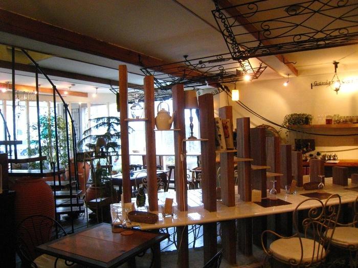 お料理がおいしいと評判で地元でも人気の高い、木の温もり溢れる「ガーデン&クラフツ カフェ」。錦町の甲州街道沿にあります。