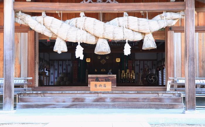 出雲大社に全国の神様が集まる月なので「神無月」。神去月(かみさりづき)とも呼ばれます。ちなみに出雲大社がある島根県だけは10月を「神有月・神在月(かみありづき)」といいます。