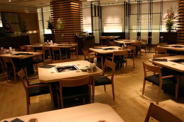 言わずと知れたジンギスカンの有名店「松尾ジンギスカン」の直営店です。 大通駅からも札幌駅からも冬でも雪道を歩く必要がなく、地下歩行空間から直結の日本生命ビル地下1階というアクセスの良さ。夜、ワイワイ食べるイメージが強いジンギスカンですが、綺麗な店内で手軽にランチを楽しむことができるお店。