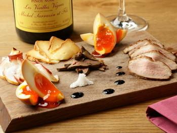本日のスモーク盛り合わせは、半熟たまごが絶品です♪赤ワインとマリアージュしたいですね。