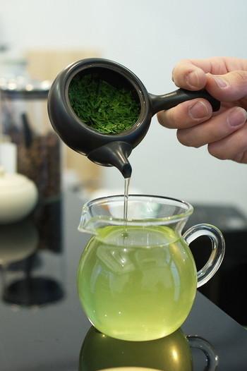 シングルオリジンの緑茶、こちらは静岡産の「香駿」。店主が、小さな急須を使って数回に分けて煎じることで濃さを調節するという独特の方法で、茶葉の香りと風味を引き出します。きんつばとの相性が抜群だそうですよ。