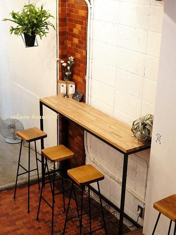 白いタイルでリノベーションし、観葉植物がさりげなく配されたナチュラルテイストな店内。 カウンターテーブルやハイチェアと、テーブル席が3席程の小さなお店です。こちらで休憩しても良いですし、テイクアウトして自然の中でも味わいたいですね。