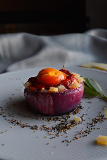 器ごと食べれちゃうカルボナーラグラタンレシピです。紫玉ねぎの色がキレイですね!生クリームを使わないカルボナーラの作り方で、チーズの深い味わいが楽しめます。