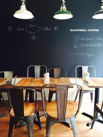 2015年7月にオープンした、テーブル席3席ほどとカウンターのみの小さな店内です。美容室をリノベーションしたので、全面ガラスから光が入る明るい店内です。