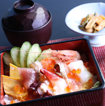 ランチメニューは北海道の食材を使った丼や御膳、リーズナブルなパフェ、お子様ランチもあります。 こちらは「海鮮ちらし重と旬の天麩羅御膳」。