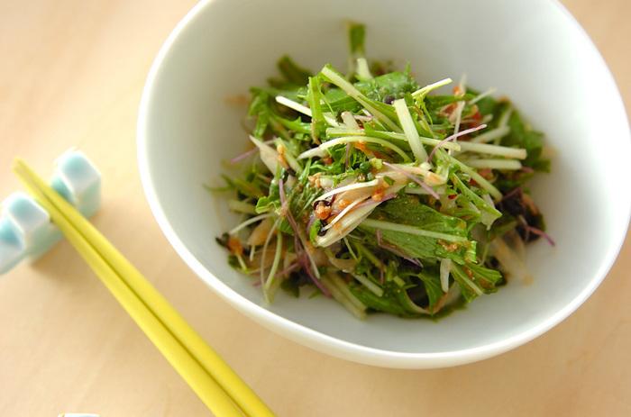 梅ポン酢でさっぱりとしたサラダは、疲れているときでも食べやすそう。さらに、梅は胃液の分泌を整えるとも言われています。