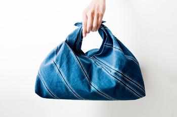 あずま袋は風呂敷を縫い合わせて作る、風呂敷とバッグのいいとこどりの袋。 浮世絵のような色合いが素敵。親しい男性へのちょっとした贈り物にも良さそうですね。