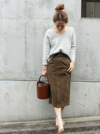 きれいなラインが演出できるタイトスカートも、モヘアニットを合わせてさらに女性らしく着こなしてみてはいかがですか?ミモレ丈は上品に着こなすことができるので、ニットを合わせて冬も大活躍してくれそうです。