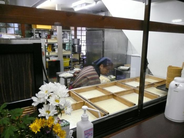 """三千院門前の「京美茶屋」は、三千院の御用達の創業50余年の食事処。「京美茶屋」の名物は、店で一枚一枚丁寧に手作りする""""生ゆば""""。"""