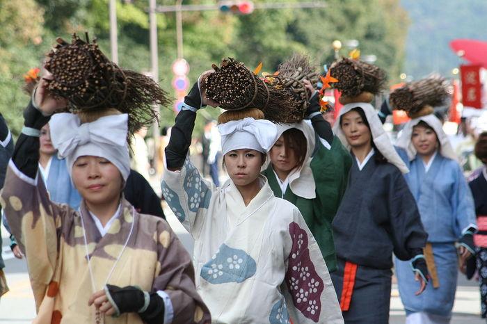 【「京都市時代祭」で、大原女に扮した女性たち】