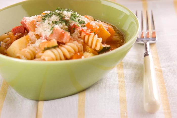 ミネストローネにはパスタももちろんマッチします♪マカロニを使えば野菜のサイズ感にもちょうど合って食べやすいでしょう。お腹が空いている時にもおすすめ。