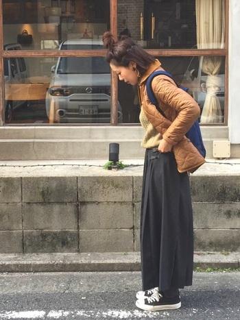 キルトスカートでスクールガール風に。短め丈のキルティングジャケットはスカートとの相性抜群です。