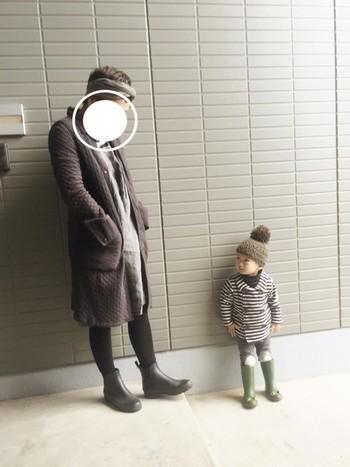 ワンピースとの重ね着もかわいいですね。キルティングジャケットは軽いのでお子様との遊び着にもぴったりです。