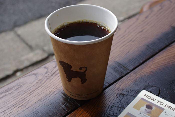 コーヒー豆は複数の種類のものを常時取り揃えてあります。メニューはシンプルにホットかアイス、カフェオレのみ。注文をすると、一杯一杯ハンドドリップで淹れてくれます。もちろんコーヒー豆の購入も可能。ロゴ入りのオリジナルグッズと併せて、お土産にも良さそうです。