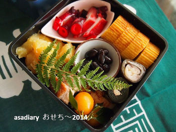 日本でお正月を祝うなら、やっぱりおせち料理を食べたいですよね。簡単レシピでも、こんなに立派なおせちになります。 1品だけでも気分がでるので、お料理は苦手、という方にも是非試してほしいです。