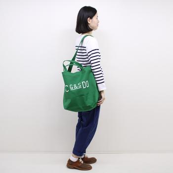 ボーダートップス×デニムの王道コーデは、グリーンのトートバッグに色を持たせてグッとおしゃれに決まります。