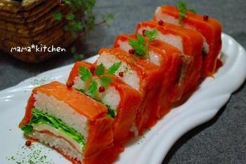 クリームチーズを使った、前菜やケーキみたいな少し変わり種の押し寿司です。パウンド型で簡単に作れるのも◎