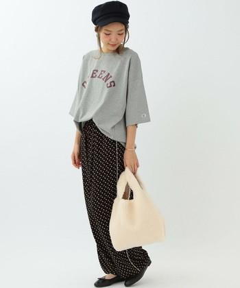 リラックススタイルにはボア素材のトートバッグも可愛いですね。バッグだけで可愛らしい印象。華を添えます。