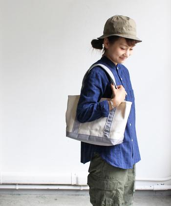ちょっとスポーティなコーデでもトートバッグは大活躍。アクティブな一日にお供させるなら、肩に掛けられる持ち手の長さのトートがおすすめ!